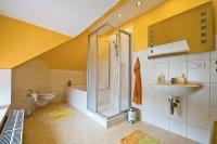 Gemeinschaftsbad mit Wanne, WC und Waschmaschine/Trockner